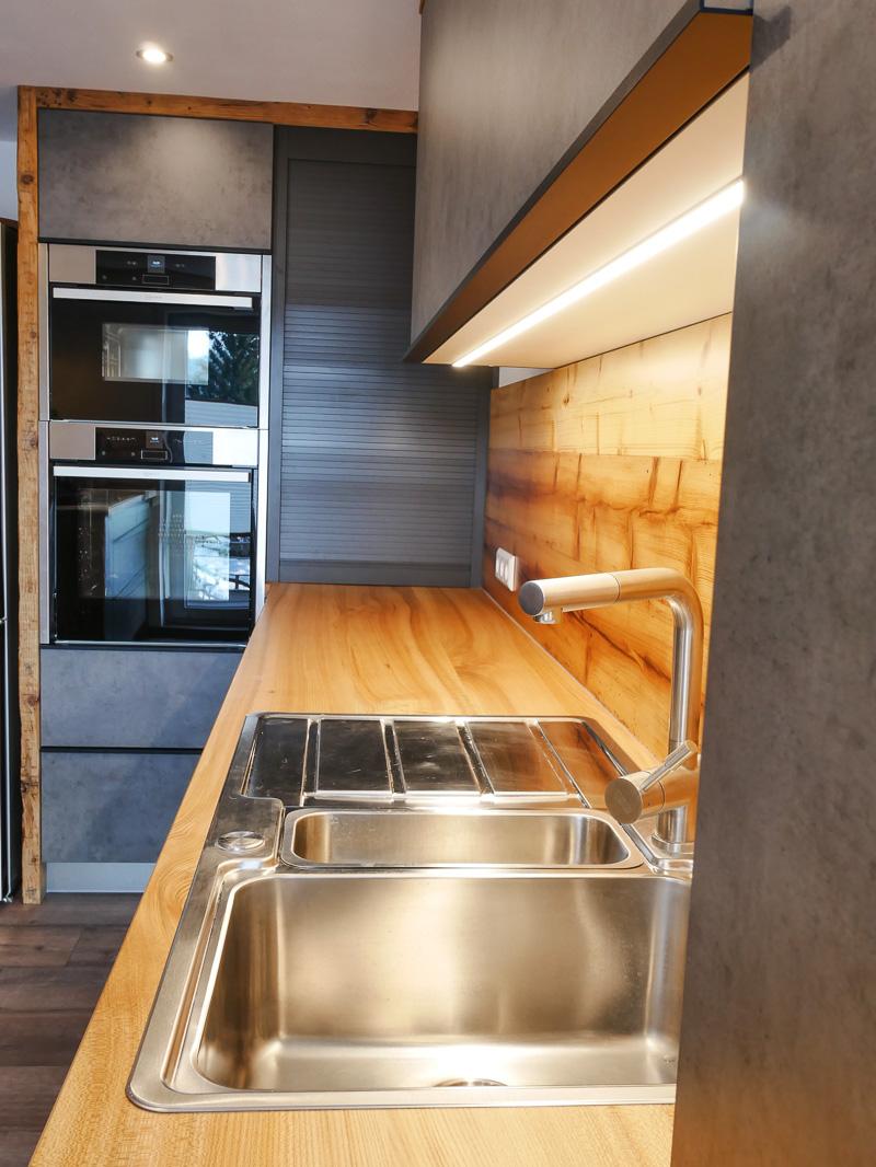 Küche #19 mit Eckbank, Altholz trifft auf Ulme, Epoxidharz und
