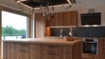 Küche mit Ulme und hängenden Pflanzen, Kücheninsel - Holzquadrat OHG